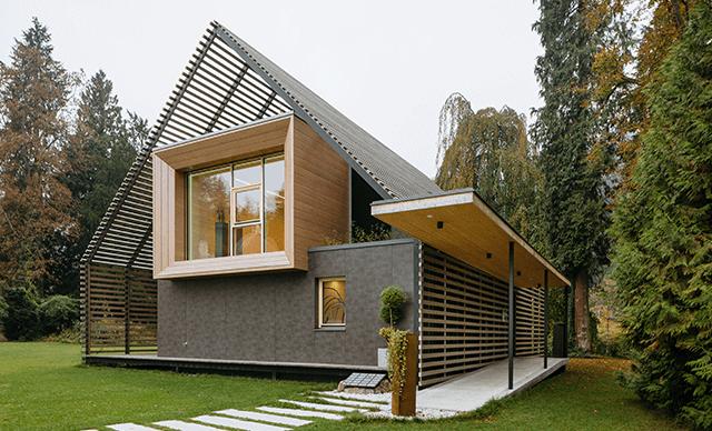 was kostet ein passivhaus ein mann trgt vor dem rohbau eines hauses eine unter dem arm. Black Bedroom Furniture Sets. Home Design Ideas