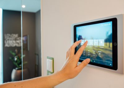 ph_showhome-touching-touchpad-app