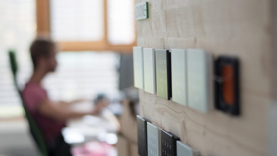 Ein Mitarbeiter der Loxone Smart Engineering hinter einigen Produkten