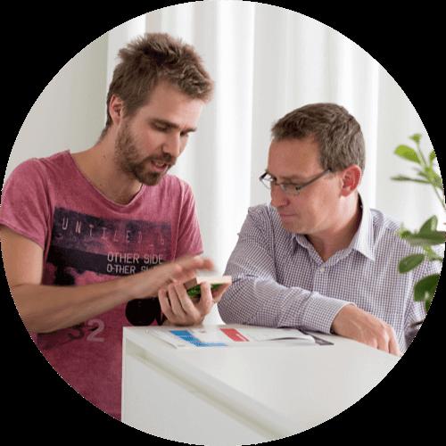 Zwei Mitarbeiter der Loxone Smart Engineering im Austausch