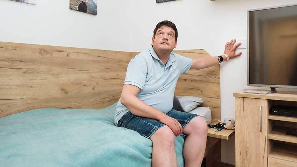 Wohnformen für Menschen mit Behinderung Bewohner betätigt Loxone Taster