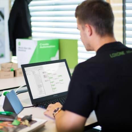 Loxone Partner konfiguriert ein Gebäude mit der kostenlosen Software