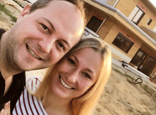 Sabrina und Andreas vor ihrem Smart Home