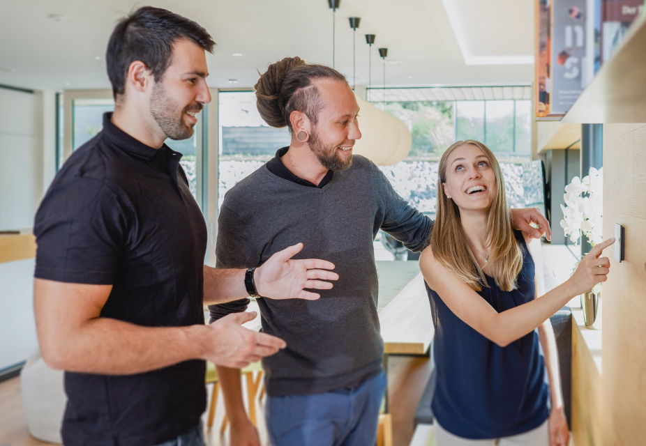 Besucher einer Smart Home Erlebnis Tour von Loxone