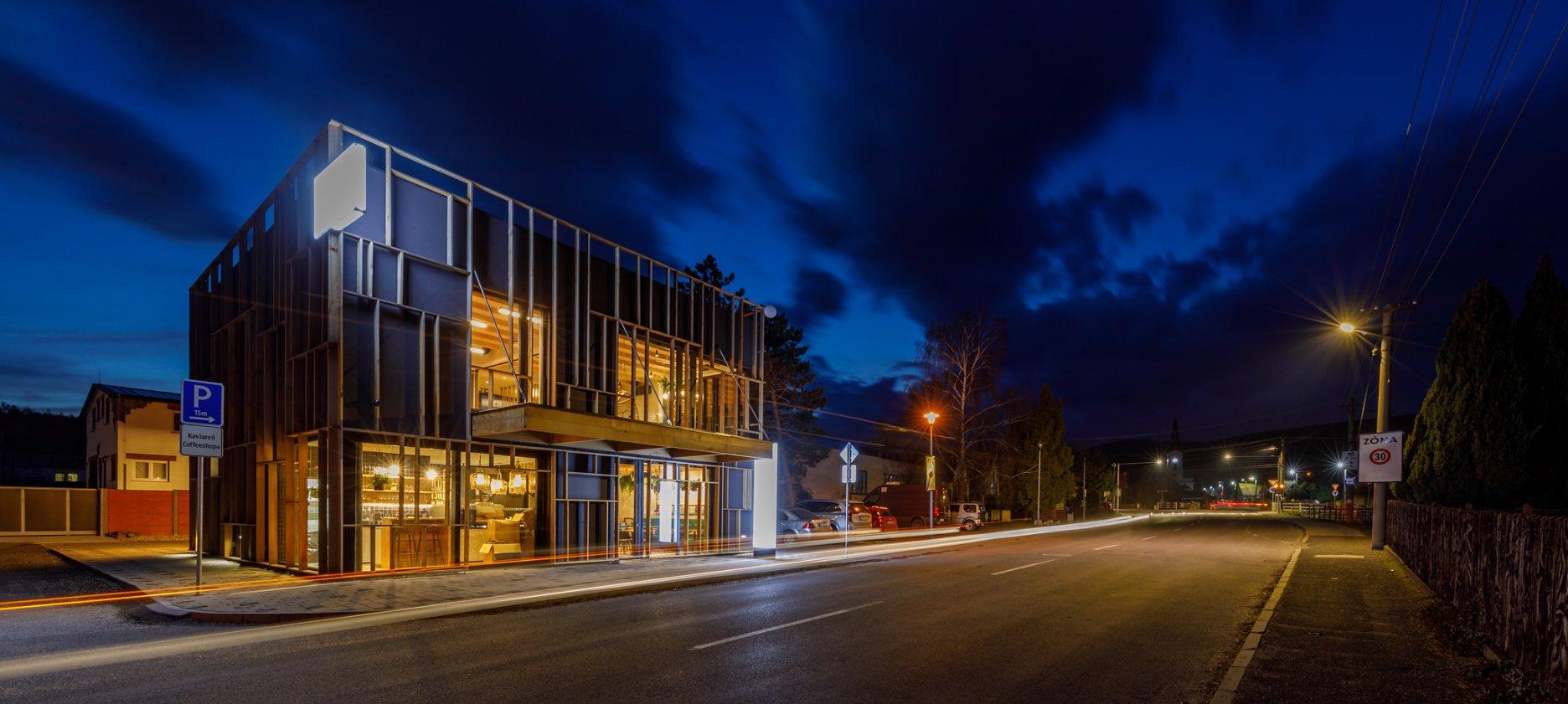 Pohľad na nočnú kaviareň