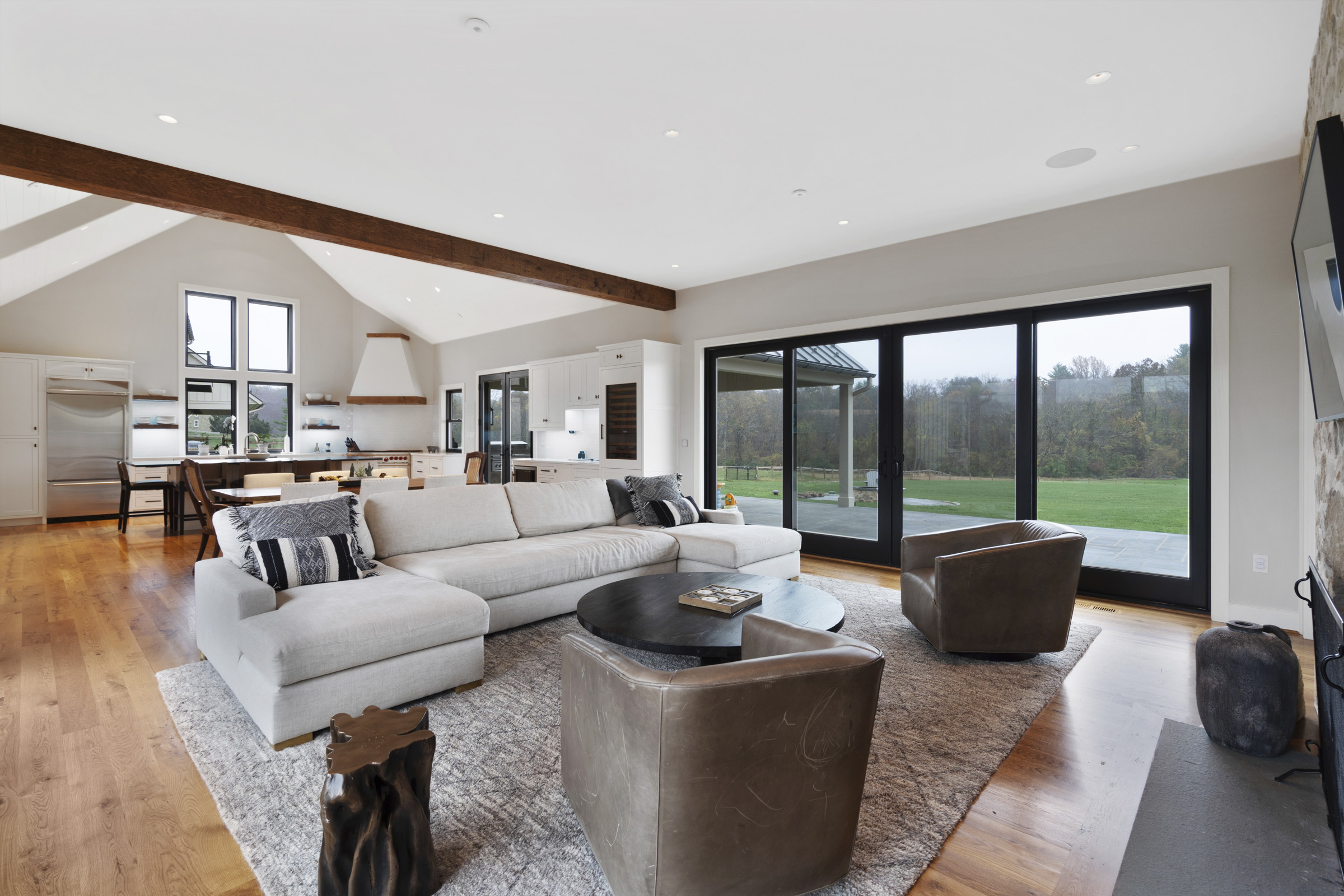 Living room space with natural light and led spots