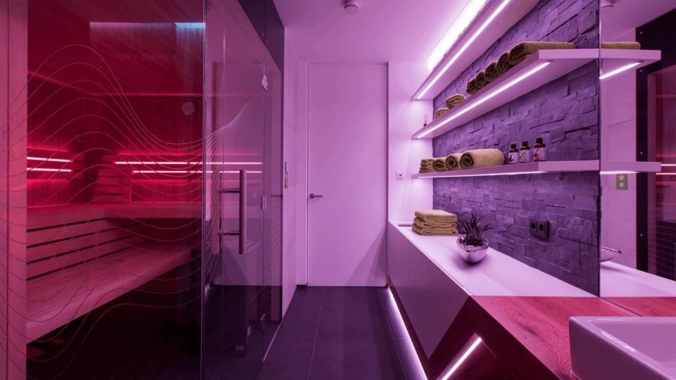Blick in eine atmosphärisch beleuchtete Sauna