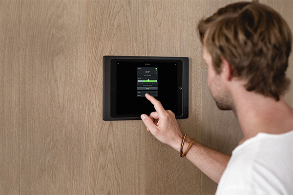 Smart Home App wird auf Tablet genutzt