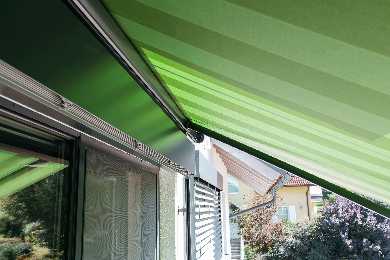 Terrasse mit geöffneter Markise