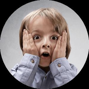 Przestraszone dziecko z rękami przyłożonymi do twarzy