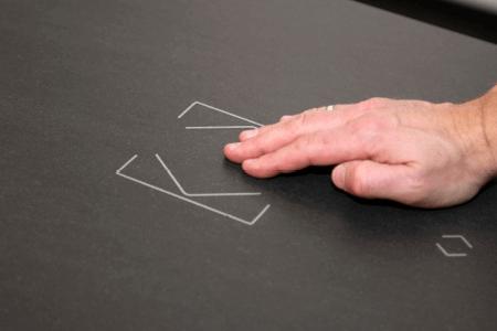 Dłoń na przycisku Touch Surface
