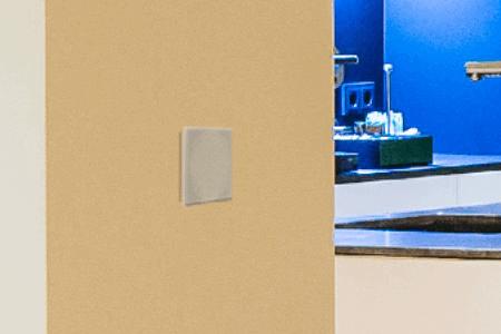 Przycisk Touch Pure na ścianie