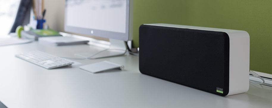 Wall Speaker na białym biurku