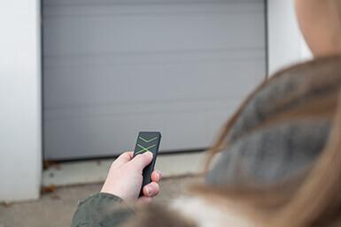 Osoba otwiera garaż za pomocą Remote Air