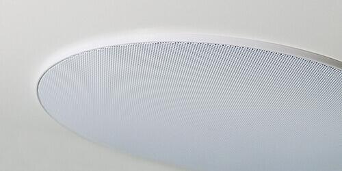 Głośnik na białym suficie