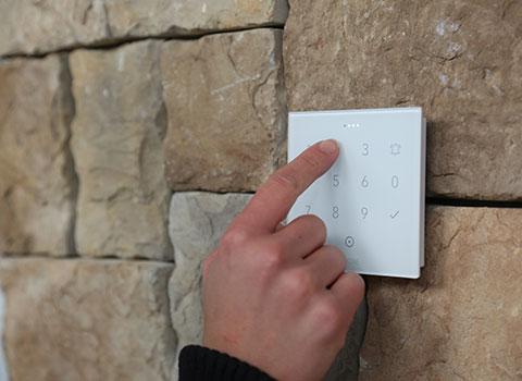 Dłoń wpisująca kod na NFC Code touch