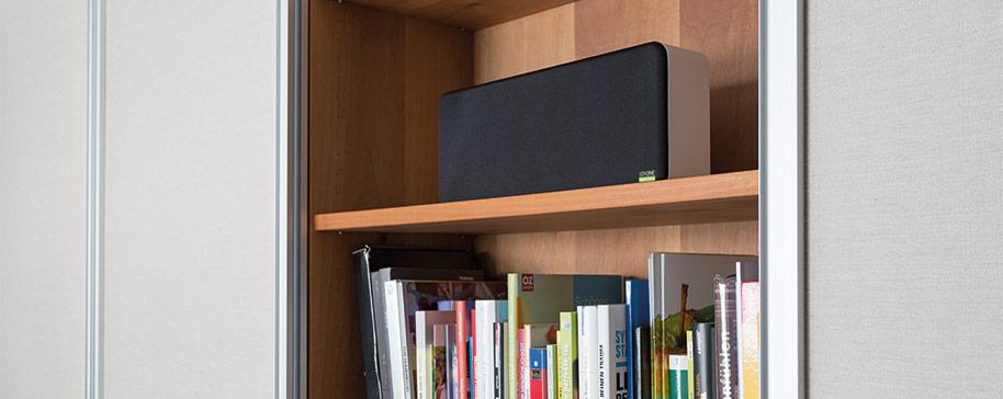 Wall Speaker na półce z książkami