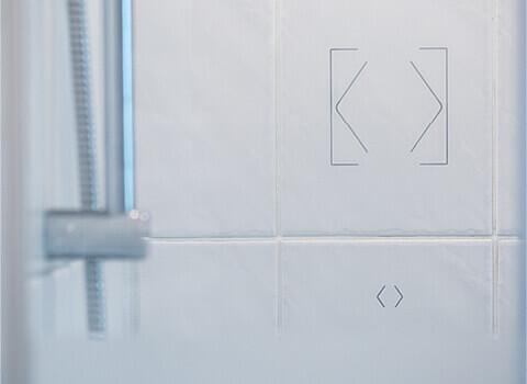 Umístění tlačítka Touch Surface v koupelně