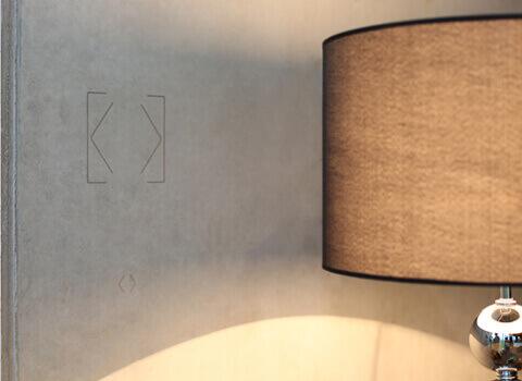 Umístění tlačítka Touch Surface na stěně