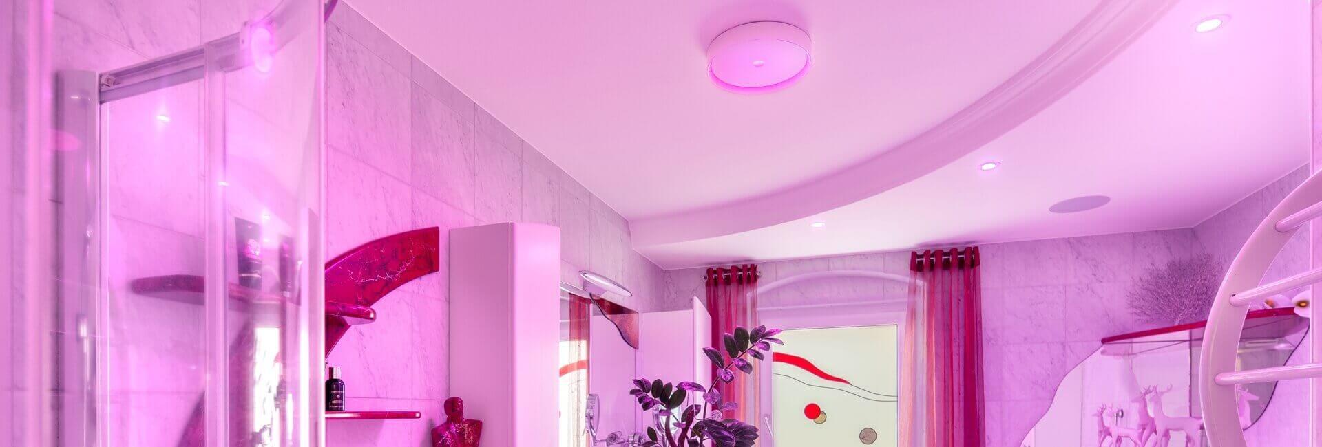 Łazienka oświetlona na różowo