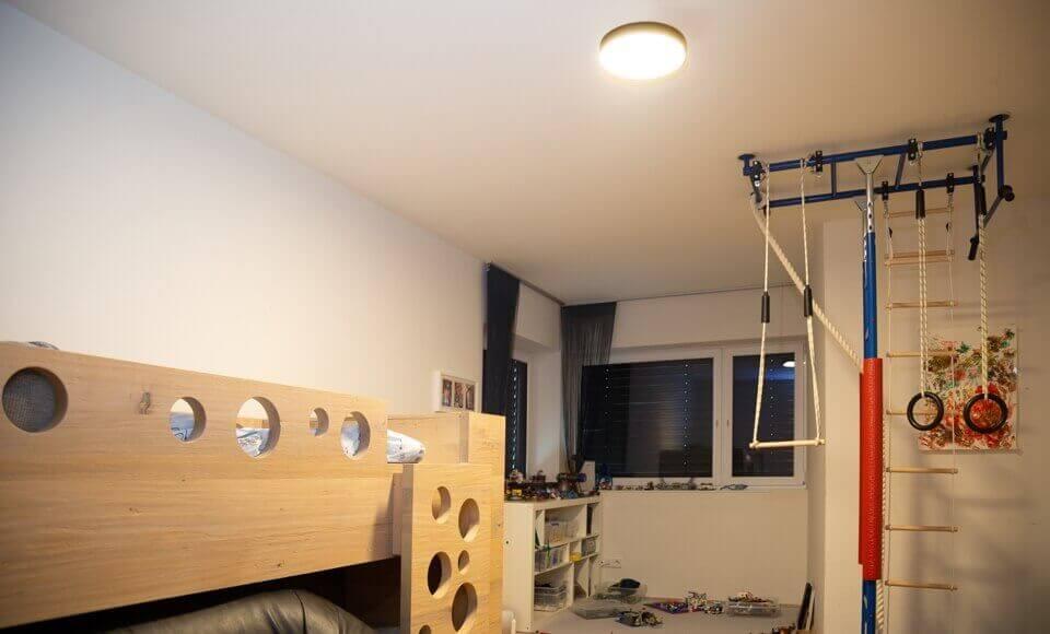 Oświetlony pokój za pomocą lampy sufitowej