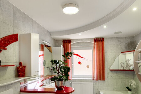 Lampa rozświetla biały pokój dzienny