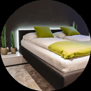Dwuosobowe łóżko z oświetleniem LED