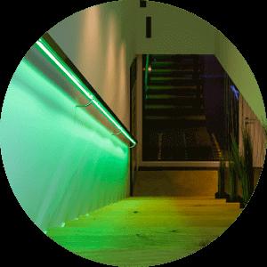 Oświetlone na zielono schody