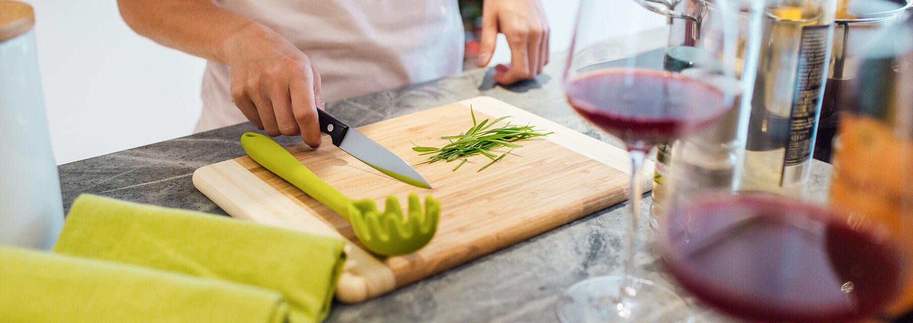 blat kuchenny z deską do krojenia, jedzeniem i winem
