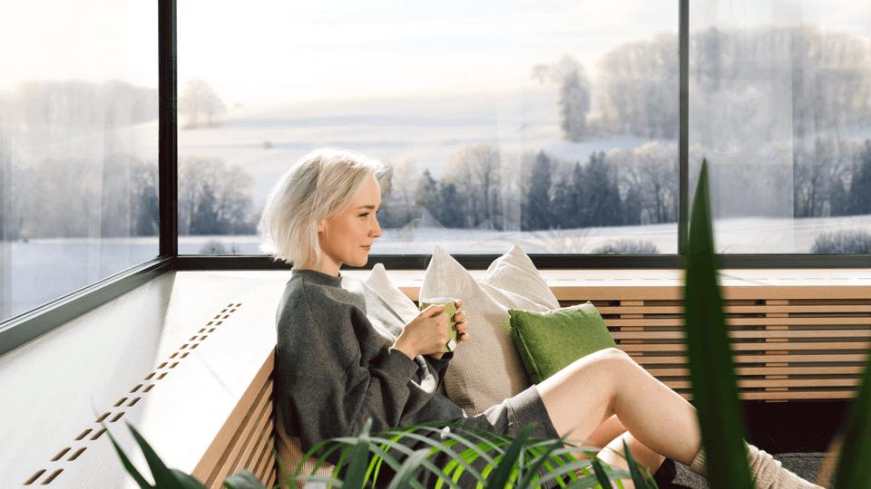 Kobieta z herbatą przy oknie