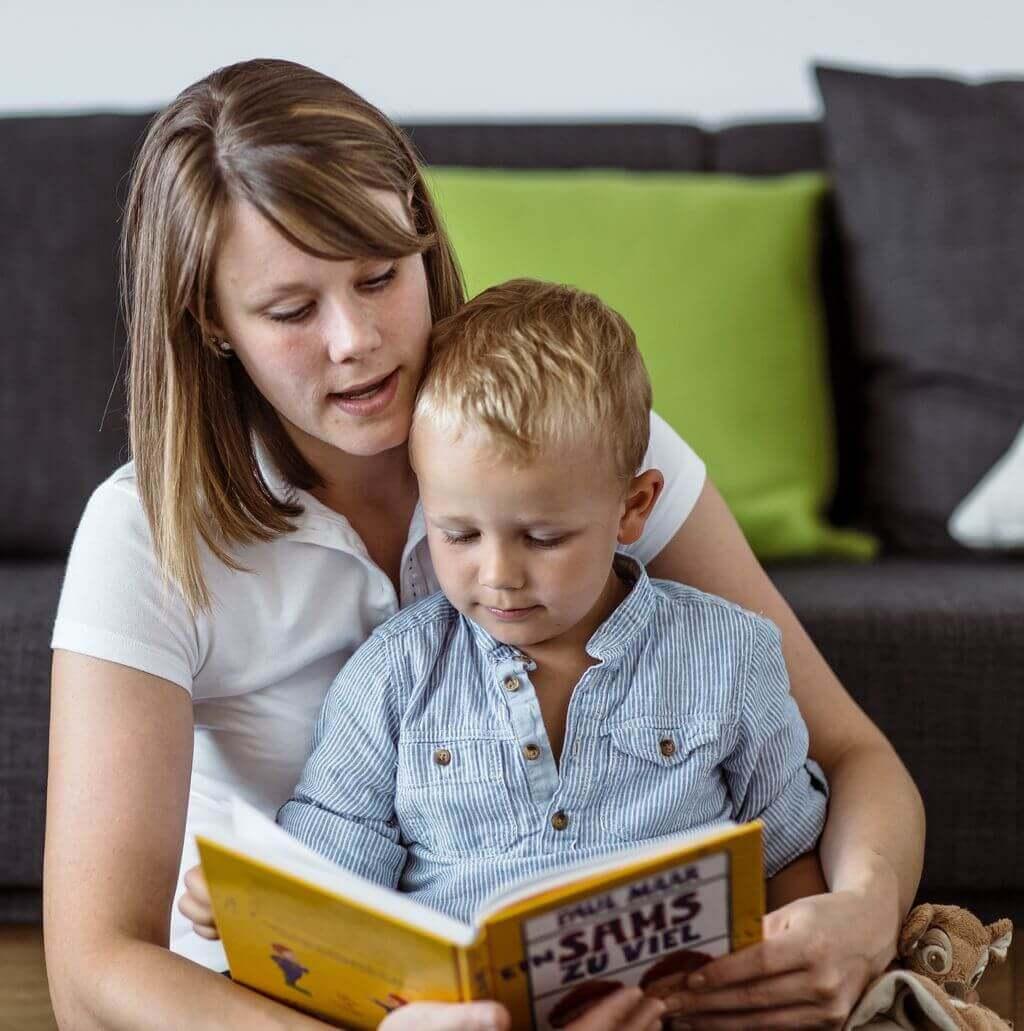 Mama czyta bajkę synowi