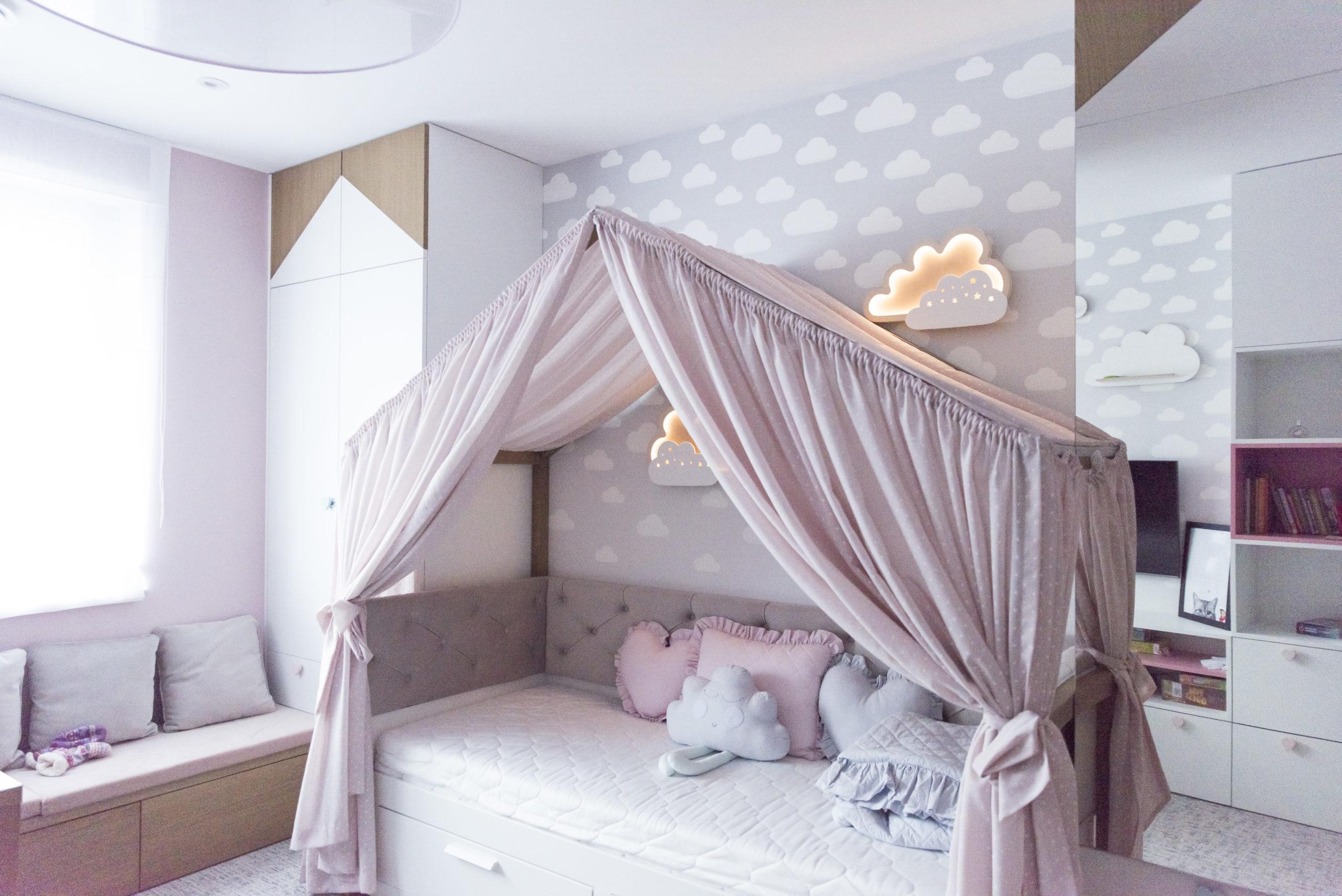 Pokój dziecięcy z różowymi zasłonami
