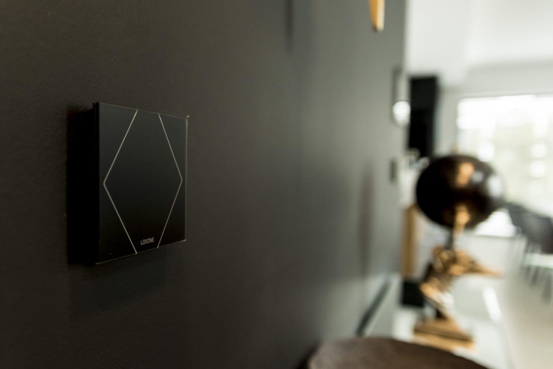 Czarny Touch na ścianie nowego domu