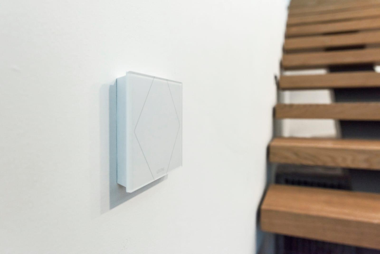 Biały Touch na ścianie w inteligentnym domu