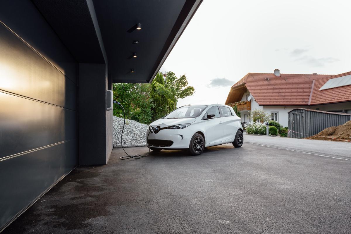 Biały samochód elektryczny w trakcie ładowania