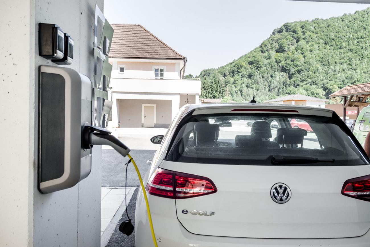 Samochód elektryczny w trakcie ładowania