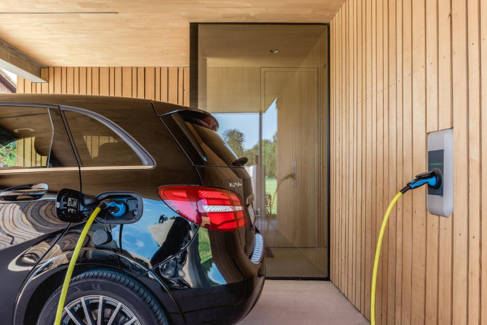 Samochód elektryczny ładuje się w garażu