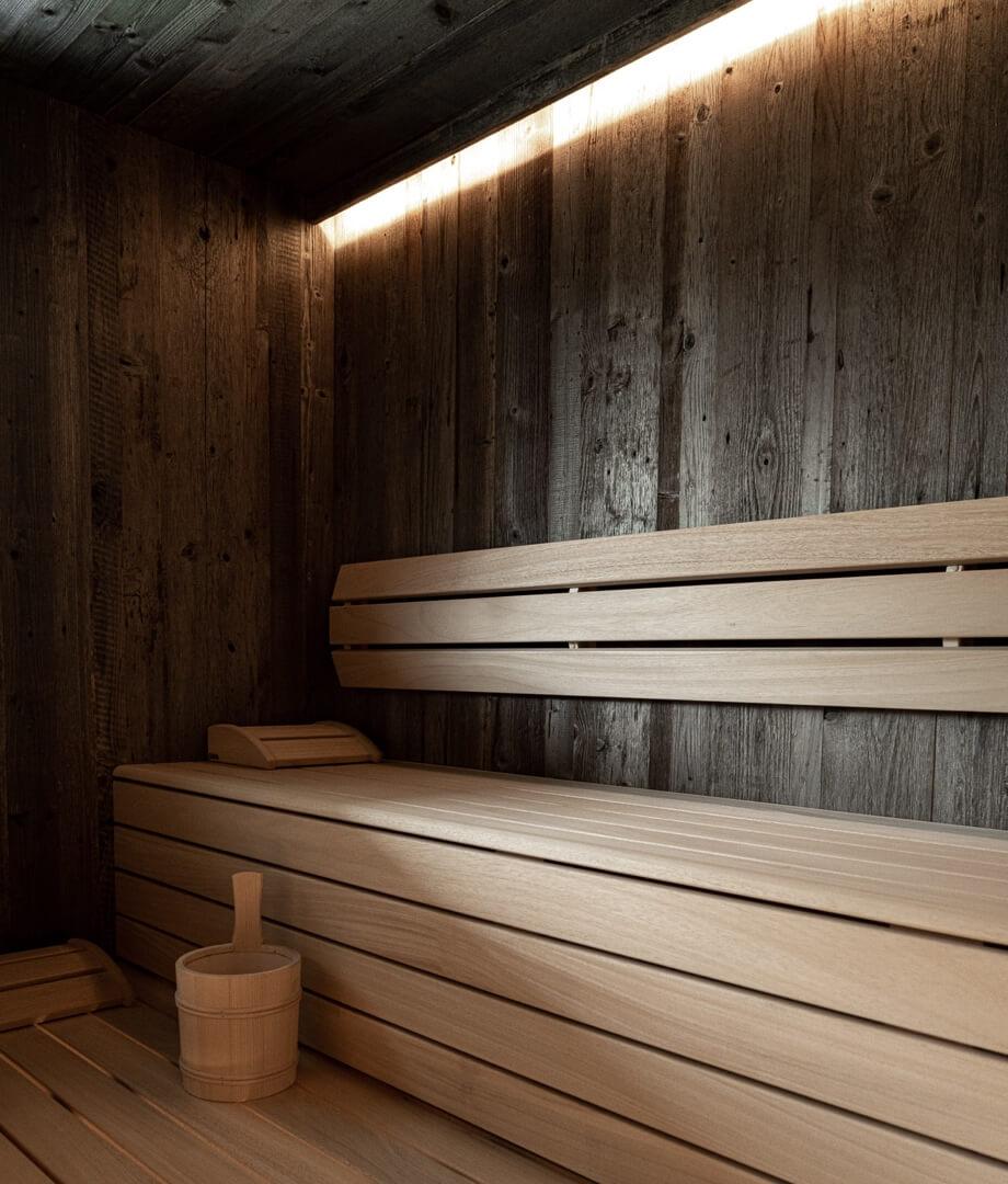 Wnętrze sauny oświetlone białym światłem