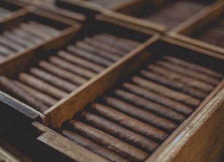 Brązowy humidor z cygarami
