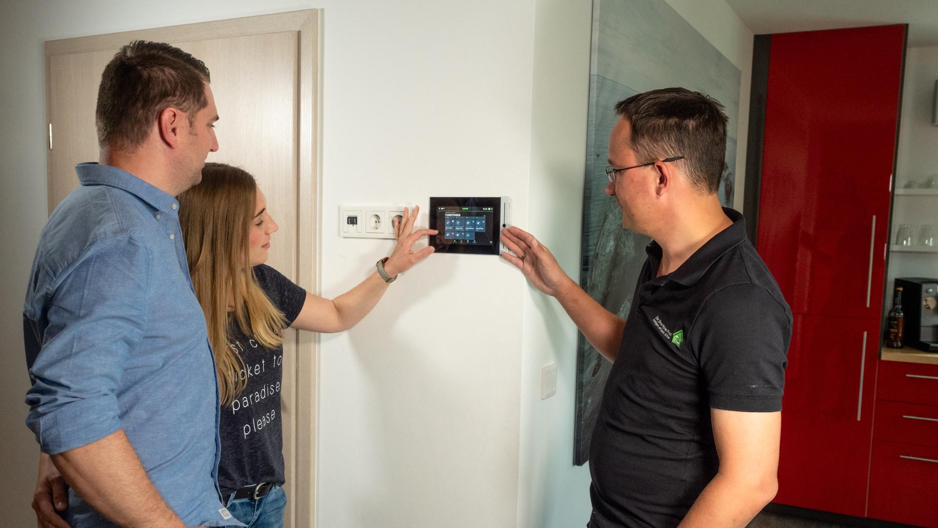 Tablet  z aplikacją Loxone w domu