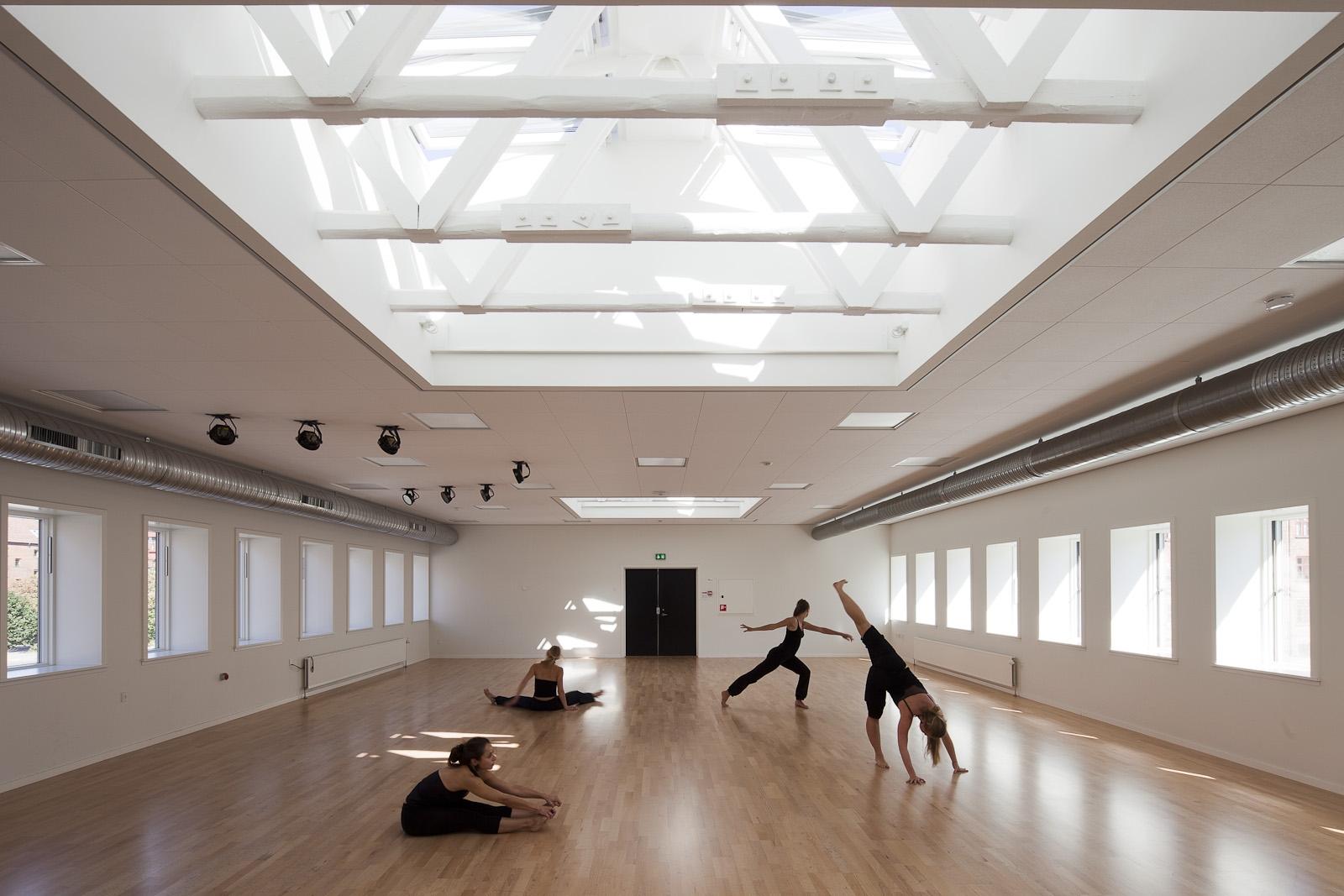 Trudnodostępne, wysoko umieszczone okna w siłowni