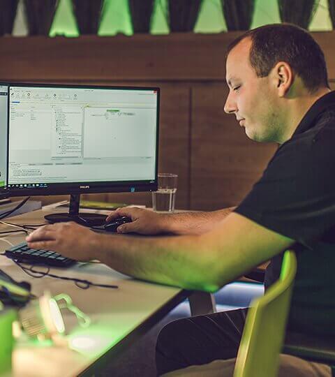 elektrikář programuje automatizaci budovy v programu Loxone Config