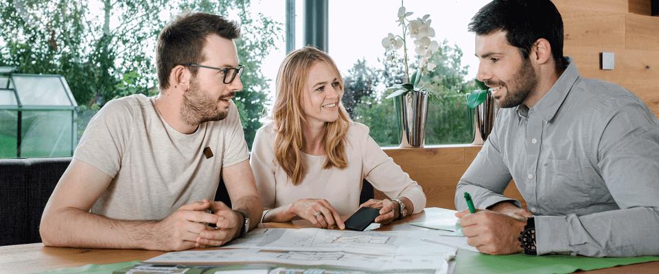 mladý pár konzultuje projekt svého budoucího domu