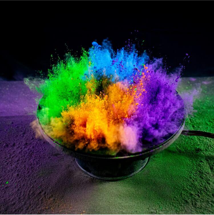 Farebný prach vychádzajúci z reproduktora