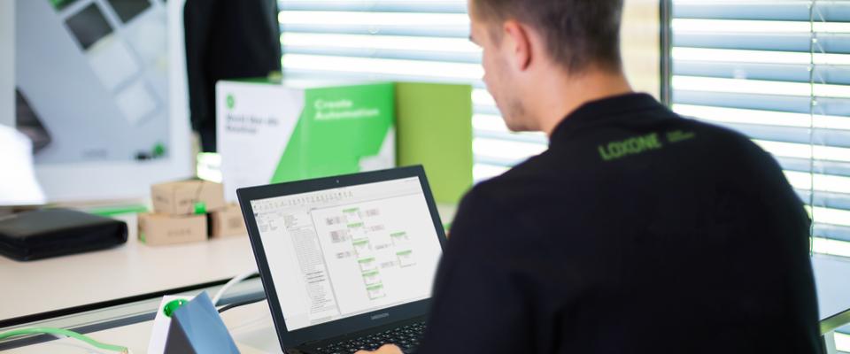 Zamestnanec Loxone pracujúci s počítačom