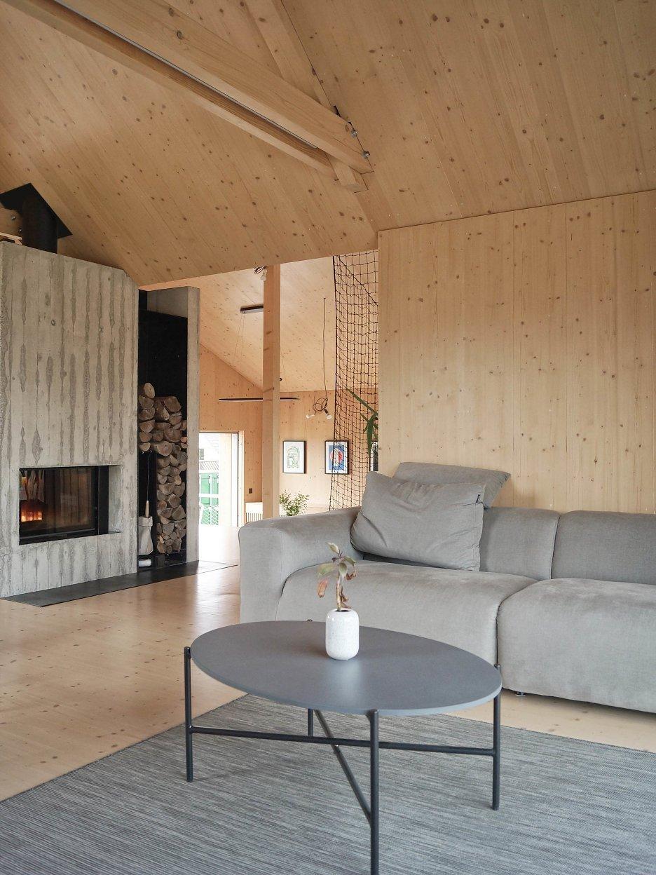 Obývačka s krbom