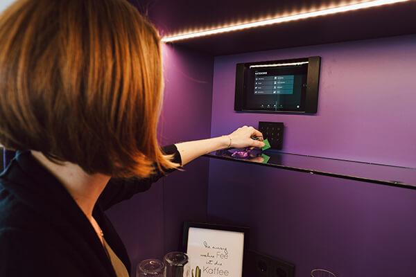 Žena ovládajúca Loxone App v tablete
