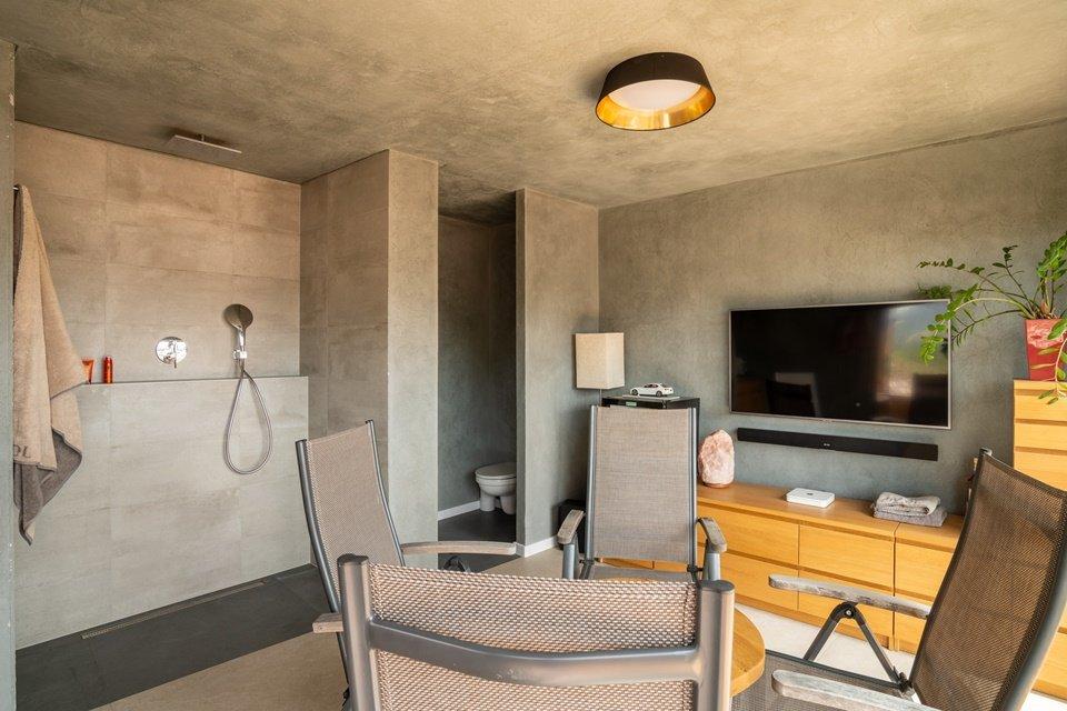 Relaxačná miestnosť so sprchovou a televíziou