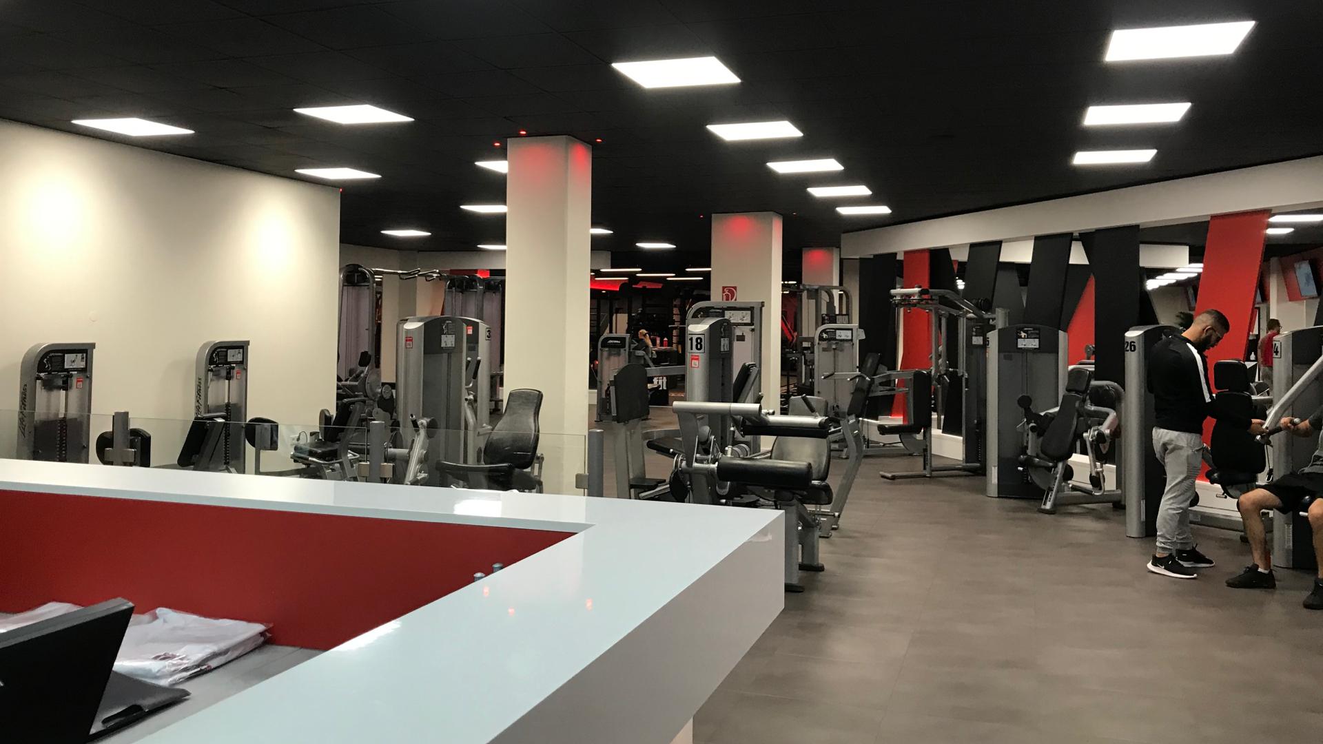Pohľad na fitnescentrum z recepcie