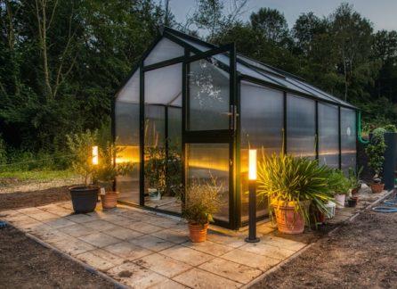 Záhradný skleník s osvetlením